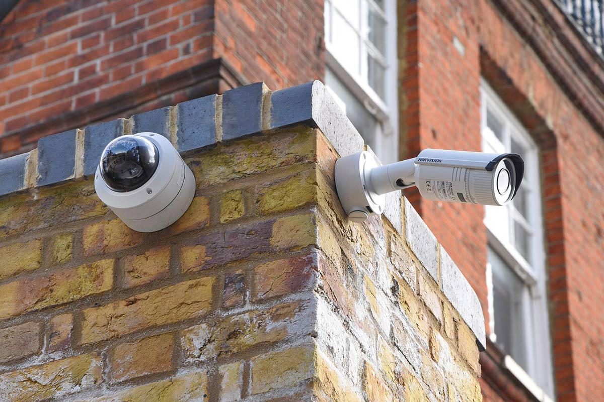 caméras de surveillance fixées au mur du coin d'une rue